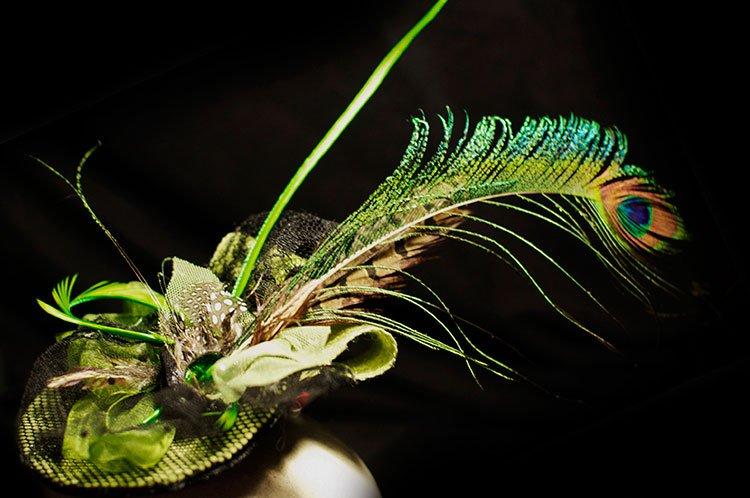 pluma de pavo real ejemplo de tocado para invitada