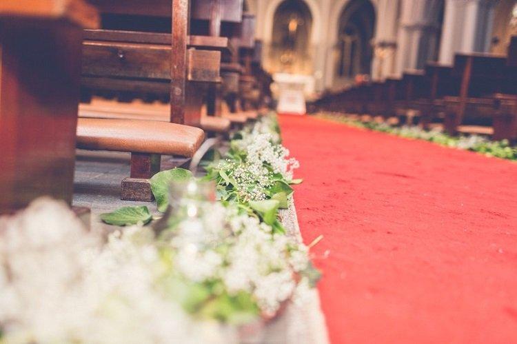 Decoración floral de ceremonia religiosa para pasillo