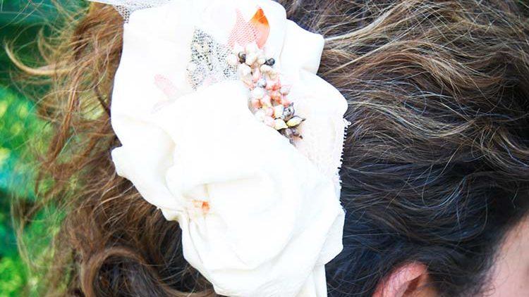 Tocado de novia de seda y porcelana