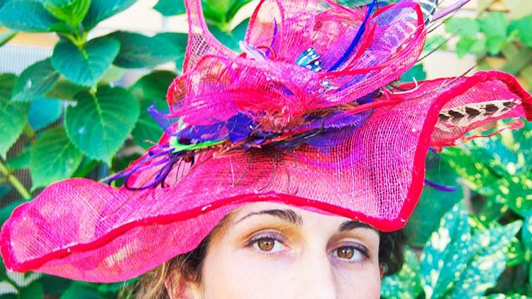 Pamela de sinamay rojo y mariposa de plumas