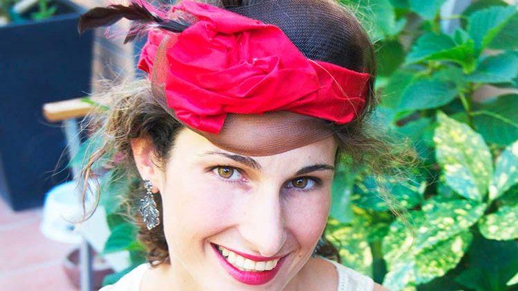 Tocado de banda de seda salvaje roja