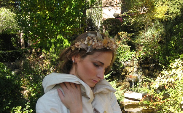 Corona de flores preservadas doradas
