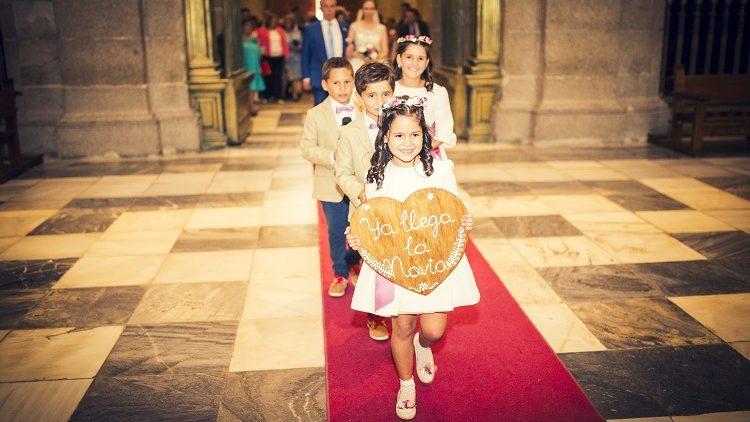 Coronas de flores y clips para zapatos de niñas de arras.