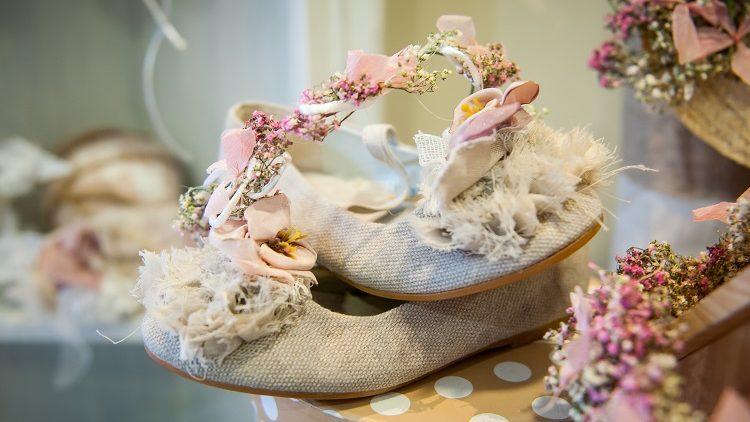 Coronas y zapatos de niñas de arras o comunión