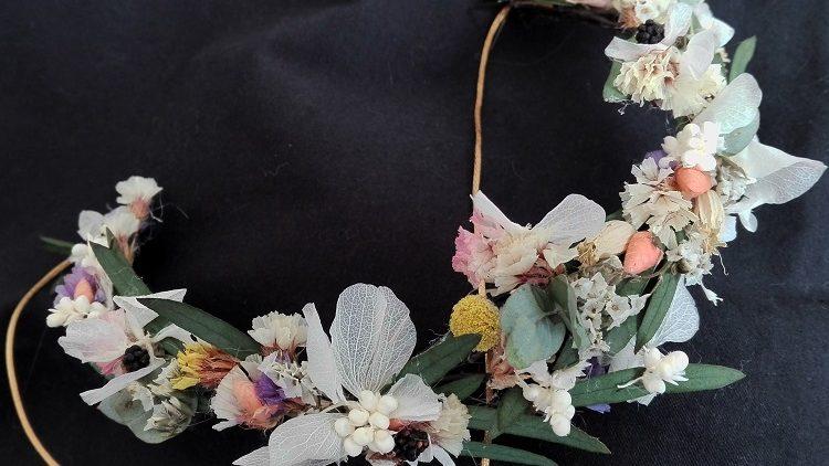 Corona de flores preservadas silvestres