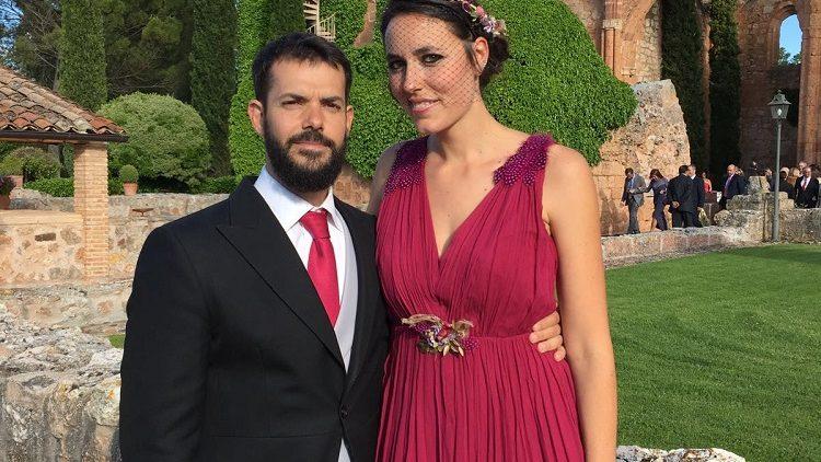 Invitada con corona, hombreras y cintura Ana Tocados