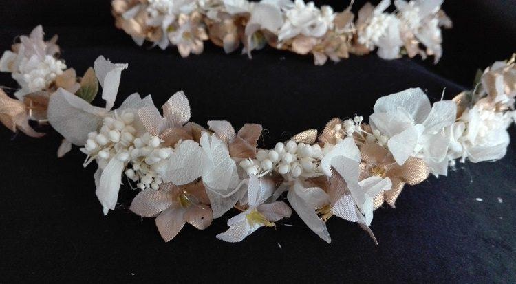Coronas de flores mixtas en blanco y dorado