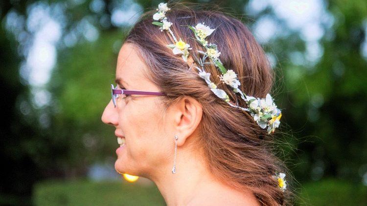 Corona de ramificaciones de flores de porcelana de novia con trenzas