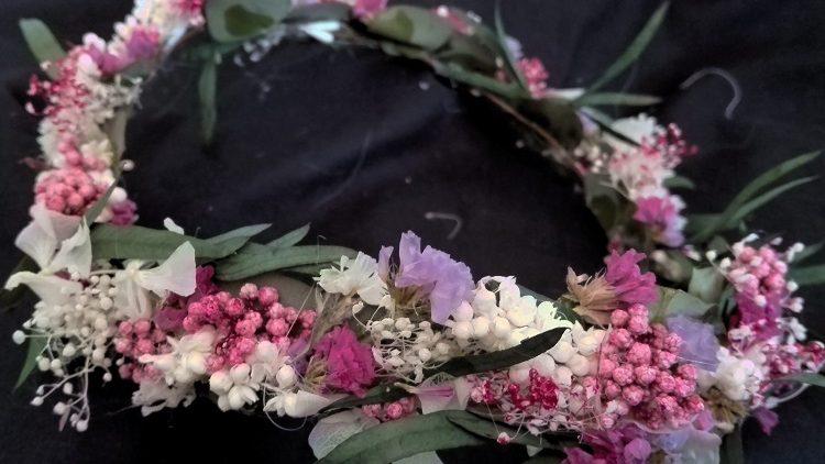 Corona estilo silvestre de flores preservadas
