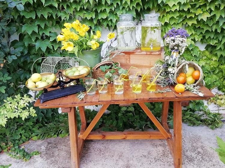 Mesa con aguas para boda